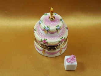 TWO LAYER CAKE WITH REMOVABLE PORCELAIN PRESENT