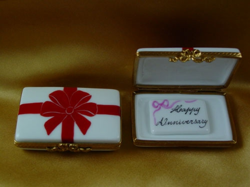 GIFT BOX WITH RED BOW - HAPPY ANNIVERSARY
